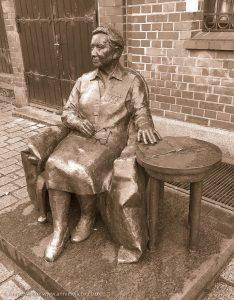 statue of Elżbieta Zawacka